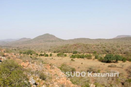 山に囲まれた高地、Leshiba Wildernessの風景
